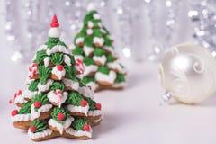 两棵结霜的姜饼圣诞树 免版税库存照片