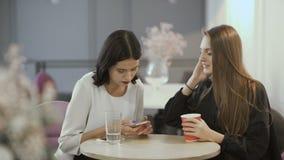 两次俏丽的女孩谈话在桌上 影视素材