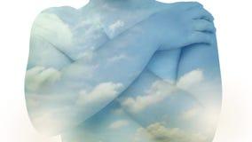 两次曝光、天空和鸟与男孩的飞行时间流逝拥抱自己 股票视频