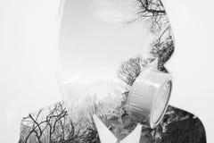 两次曝光、污染的商人戴着与死的树环境的毒性保护面具,概念和全球性变暖E-F 图库摄影