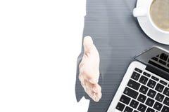 两次曝光企业书桌和握手 免版税库存图片