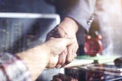 两次曝光商人在办公室握手 免版税库存照片