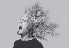 两次曝光情感叫喊的人,树,隔绝在灰色 北京,中国黑白照片 免版税库存图片