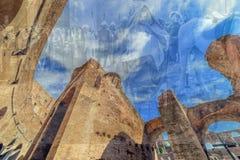 两次曝光有在罗马斗兽场里面的fisheye视图和罗马 免版税库存照片