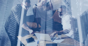 两次曝光的概念 做巨大讨论的年轻企业队在现代coworking的顶楼 有胡子的生意人 图库摄影