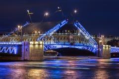 两次曝光,开放宫殿桥梁,不眠夜在圣皮特圣徒・彼得 免版税库存图片