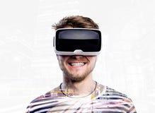 两次曝光 佩带虚拟现实风镜的人 圣诞节城市神仙的拉脱维亚晚上地方上的短期相似的传说 免版税库存图片