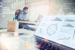 两次曝光 工作在有现代技术的现代办公室的商人 成长曲线图,企业概念,战略, developme 图库摄影