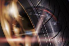 两次曝光 轮子和被弄脏的车头表 免版税图库摄影