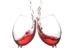 两次红葡萄酒玻璃和飞溅行动对白色背景 欢呼庆祝概念 宏观看法照片 库存照片