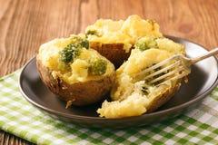 两次被烘烤的土豆充塞用硬花甘蓝、酸性稀奶油和乳酪 免版税图库摄影