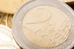 两欧元特写镜头宏指令在金属硬币金钱货币的 免版税库存图片