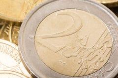 两欧元特写镜头宏指令在金属硬币金钱货币的 免版税库存照片
