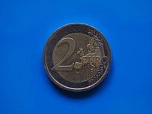 两欧元硬币,在蓝色的欧盟 库存图片