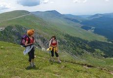两步行入山的姐妹 免版税图库摄影