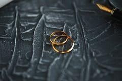 两残破的金婚敲响离婚旨令文件 离婚和分离概念 库存图片