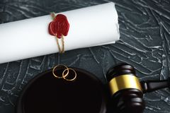 两残破的金婚敲响离婚旨令文件 离婚和分离概念 库存照片