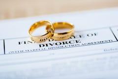 两残破的金婚敲响离婚旨令文件 库存照片