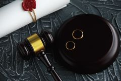 两残破的金黄结婚戒指与旨令文件离婚 离婚和分离概念 库存图片