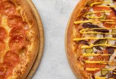 两比萨的片段在桌上的 免版税库存照片