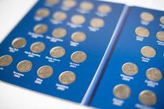 两毛五的汇集特写镜头视图在册页-货币收藏的25分硬币 图库摄影