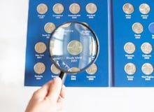 两毛五的汇集特写镜头视图在册页-货币收藏的25分硬币 免版税库存图片