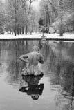 两氚核在池塘吹他们的巧克力精炼机壳喇叭 奥地利萨尔茨堡 免版税库存图片