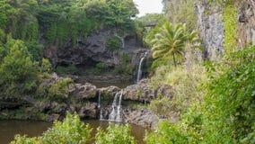 两水池和瀑布在著名七个神圣的水池在oheo谷 库存图片
