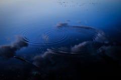 两波纹在一个Sky湖 免版税库存照片