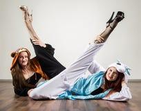 两滑稽的成套装备的性感的热的妇女获得乐趣在演播室 库存照片