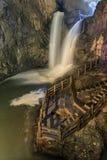 两瀑布在Jiuxiang风景区域在云南在中国 Thee Jiuxiang洞区域在昆明附近石森林  免版税图库摄影