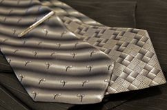 两灰色领带在一件黑细条纹布料的夹克疏松 库存图片