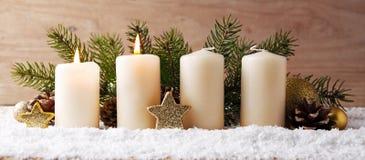 两灼烧的出现蜡烛和圣诞节装饰 免版税库存照片