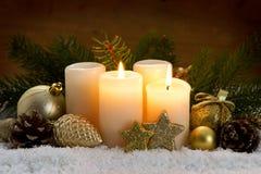 两灼烧的出现蜡烛和圣诞节装饰 免版税库存图片