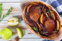 两烤了在红葡萄酒和苹果烤的鸭子腿 库存照片