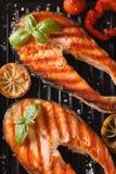 两烤了牛排红色鱼三文鱼和菜在格栅 免版税库存照片