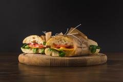 两烹调了与菜的开胃三明治 免版税库存图片