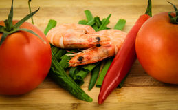 两烹调了带壳的老虎虾用红色蕃茄,新chiv 免版税库存照片
