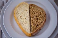 两片不同面包片在板材的 免版税库存照片