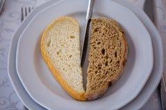 两片不同面包片在板材的 库存照片