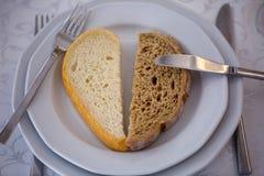 两片不同面包片在板材的 免版税库存图片