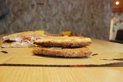 两片开胃红润薄饼说谎在彼此顶部 质量、颜色和程度的评估被烘烤的外壳 图库摄影
