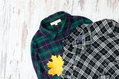 两片方格的衬衣和槭树叶子 时兴的概念 库存照片