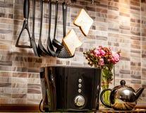两片面包片特写镜头流行在厨房的多士炉外面 库存照片