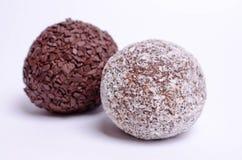 两甜点在白色背景的球蛋糕 免版税库存图片