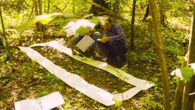 两生态学家在森林里 股票视频