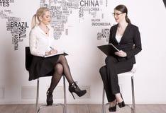 两白色背景的女商人 免版税库存照片