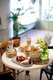 两的可口早餐在豪华旅馆用新鲜的热的饼,酸用莓果果酱、新月形面包和咖啡热奶咖啡 免版税库存照片