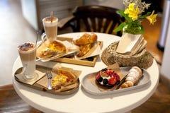 两的可口早餐在豪华旅馆用新鲜的热的饼,酸用莓果果酱、新月形面包和咖啡热奶咖啡 免版税图库摄影