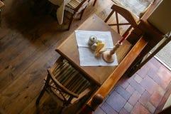两的土气咖啡馆桌 免版税库存图片